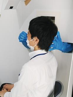 検査場での検体採取(摸擬)=11日