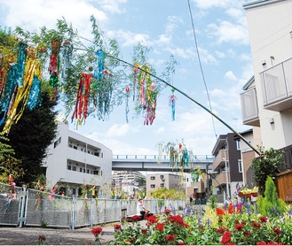 同自治会のフラワーガーデン前に設置された竹飾り=先月29日