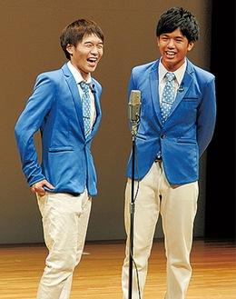 水岡さん(左)と武本さん=昨年8月