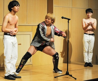 武本さん(左)にチョップを入れる井土選手