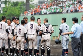昨年7月、神奈川大会で対戦した多摩高(奥)と生田東高