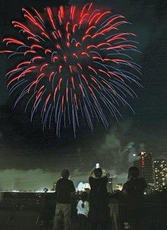 多摩川河川敷(高津区)で花火を楽しむ住民ら