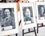 同苑に並ぶ古関氏の写真(左)