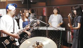 練習するなかむらさん(左から2人目)ら=今月5日