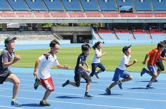等々力陸上競技場で走る子どもたち=市提供