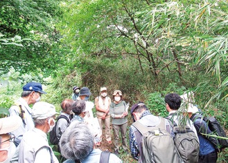 10月4日に行われた「西生田緑地を歩く会」=江田さん提供