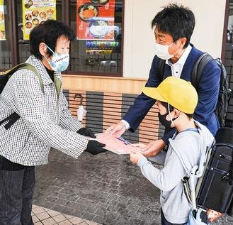 工藤さんに感謝を伝える、遠藤君と松崎校長