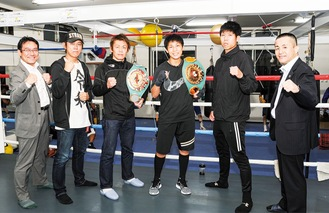 (左から)秋山社長、奥村さん、古橋選手、三好選手、白崎選手、新田会長