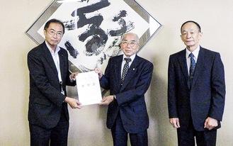 吉田会長(中央)と西尾副会長(右)から要望書を受け取る荻原区長=区提供