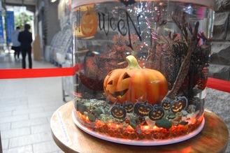 かぼちゃの飾りが入った円柱水槽
