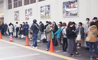 かわさききたテラス前(川崎区)で行列も=19日、午前10時前