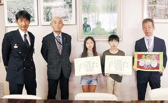 (右から)千野校長、織田君、瀧本さん、岸井会長、若林署長=同署提供