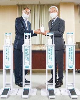 消毒機器を贈る河合理事(右)と荻原区長