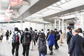 小田急線と南武線の乗り換え客が行き交う登戸駅連絡通路