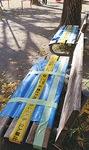 ブルーシートが被せられたベンチ(三田第4公園)=21日