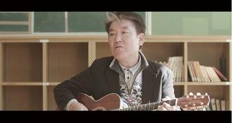 山川さんが教室で歌う、動画の一場面=本人提供