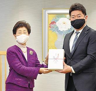 目録を渡す木下副社長(左)
