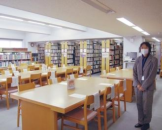 図書館内の各階を案内する飯山さん=先月21日