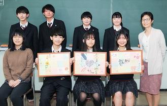 全員のメッセージを収めた額縁を持つ(左から)宇山君、齋藤さん、下川さん。吉川教諭(右)と4人で聖マリ病院を訪れる予定