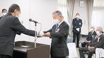 区長から表彰状を受け取る松澤さん