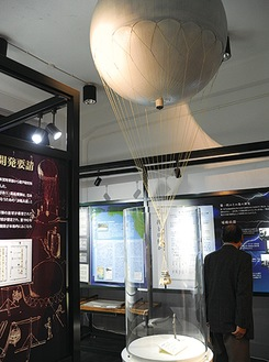 資料館に展示されている風船爆弾の模型