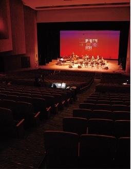 無観客の会場で演奏する出演者