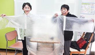井関さん(右)と芦川さんが作り、寄贈した医療用ガウン=今月10日