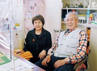 番台に座る一郎さんと知子さん