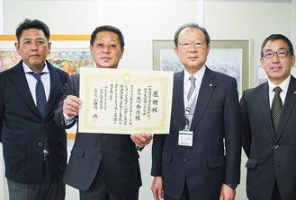 大川会長(中央左)と小田嶋教育長(中央右)ら