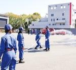 放水の練習をする女性団員ら