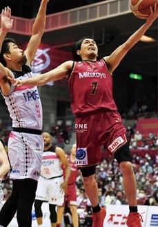 ゴールを狙う篠山選手(10日)=川崎ブレイブサンダース提供