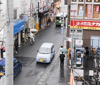 狭い道路で「傘さし運転」も見受けられる登戸駅周辺