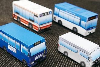 あじさい号(左)や市バスなどのペーパークラフト製作例