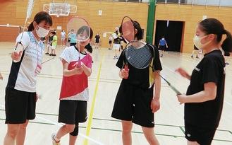 須田さん(左)に指導を受ける参加者