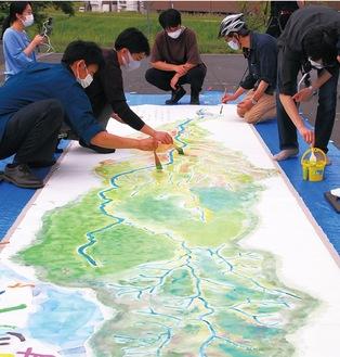 だんだんと色を変えていく多摩川全景の絵巻