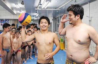 稲中出身の加藤監督(右)と角野君(中央)。現在のメンバーら