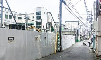 仮設駅舎に看板がついた稲田堤駅南側=先月