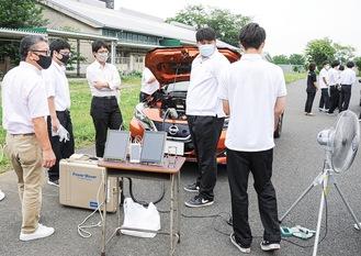 電気自動車に蓄えられた電気を使い、家電の動力にする実演