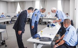 信澤署長(中央)から、順番に委嘱状を受け取る会員ら