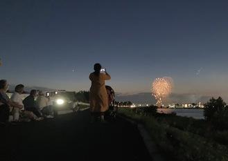 布田橋付近の多摩川河川敷からも見えた打ち上げ花火