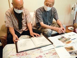 資料を開く森田さん(左)と鶴見さん
