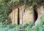 生田緑地長者穴口付近の板で封鎖された防空壕