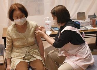 高津市民館でワクチン接種を受ける市民=市提供