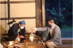 採火する炉端の会会員と和さん