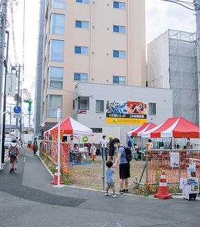 区画整理が進む登戸駅西側の空き地に設けられた会場