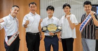 中野島中で内田校長(左から2人目)らと談話した伊佐選手(中央)