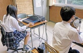 録音する生徒=同校提供