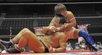 メインのシングルマッチで藤波選手と熱戦を繰り広げる田村代表(右)