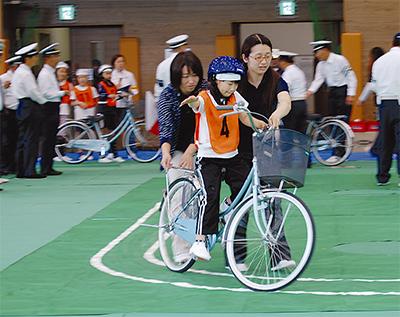 自転車の技能競う