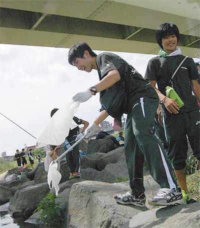 体育会専大生が清掃活動